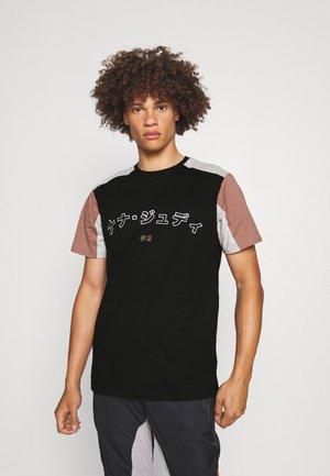 BELFORD - T-shirt print - black/caramel/smoke
