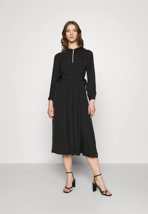 MIDI LENGTH DRESS WITH FITTED WAIST AND TIE DETAILS - Vapaa-ajan mekko - black