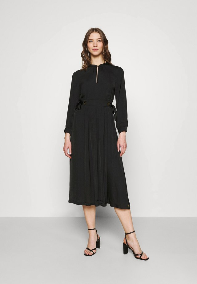 MIDI LENGTH DRESS WITH FITTED WAIST AND TIE DETAILS - Denní šaty - black