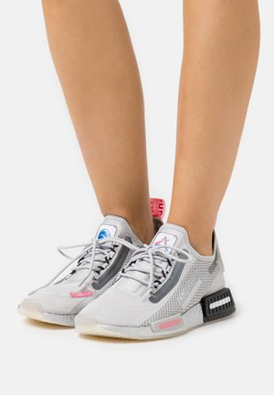 NMD_R1 SPEEDLINES BOOST SHOES - Sneakers basse - grey two/haze rose/core black