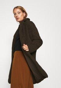 Selected Femme - SLFNANNA TEDDY COAT - Winter coat - coffee bean - 3
