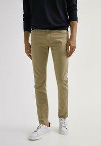 Massimo Dutti - MIT FISCHGRÄTENMUSTER  - Slim fit jeans - ochre - 0