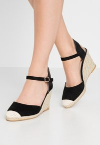 Miss Selfridge Wide Fit - WIDE FIT WORK WEDGE - Korolliset sandaalit - black - 0