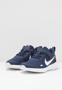 Nike Performance - REVOLUTION 5 UNISEX - Hardloopschoenen neutraal - midnight navy/white/black - 3