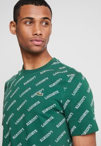 Lacoste LIVE - T-shirts med print - green/white - 4