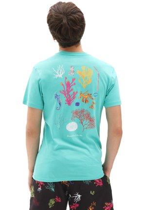 MN REALITY CORAL SS - Print T-shirt - waterfall
