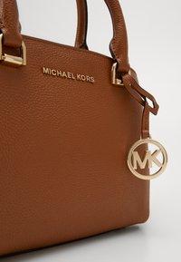 MICHAEL Michael Kors - MAXINE MESSENGER - Handbag - acorn - 5