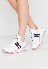 Tommy Jeans - COOL RUNNER - Trainers - white/glamour - 0