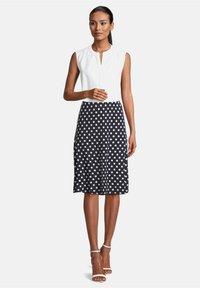 Betty Barclay - MIT PUNKTEN - A-line skirt - dunkelblau/weiß - 1