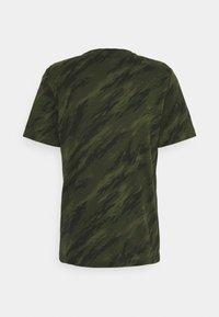 Nike Sportswear - TEE ESSENTIALS - T-shirt med print - rough green - 1