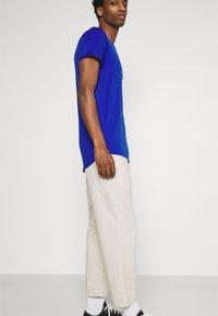 TOM TAILOR DENIM - WITH PRINT - T-shirt med print - shiny royal - 3