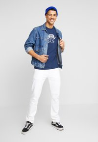 Levi's® - RELAXED GRAPHIC TEE - T-shirts print - crest dress blues - 1