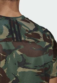 adidas Performance - CAMOUFLAGE GT1 DESIGNED2MOVE PRIMEGREEN WORKOUT GRAPHIC T-SHIRT - T-shirt med print - green - 5