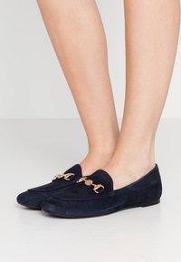 Pretty Ballerinas - Slippers - navy blue/oro - 0