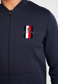 Tommy Hilfiger - FLEX LUXURY ARTWORK BASEBALL ZIP - Zip-up hoodie - blue - 3