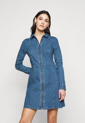 NMLISA ZIP DRESS - Denimové šaty - medium blue denim