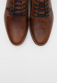 Pier One - Sznurowane obuwie sportowe - cognac - 4