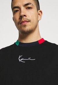 Karl Kani - SMALL SIGNATURE TEE UNISEX - T-shirt con stampa - black - 4
