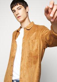 Han Kjøbenhavn - BOXY  - Shirt - brown suede - 3