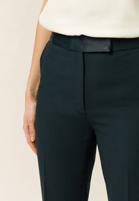 IVY & OAK BRIDAL - Spodnie materiałowe - bottle green - 3