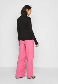 ONLY Petite - ONLVENICE ROLLNECK PULL - Stickad tröja - black - 2