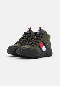 Tommy Hilfiger - Sneakers hoog - military green - 1