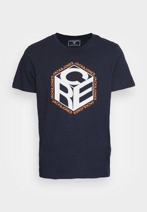 JCOARTHUR TEE CREW NECK - Camiseta estampada - dark blue