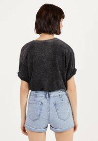 Bershka - UND UMGESCHLAGENEM SAUM  - Jeans Shorts - blue denim - 2