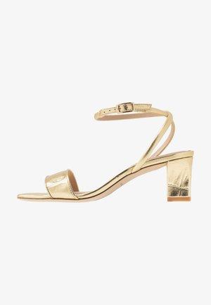 Sandaalit nilkkaremmillä - or