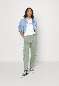 Levi's® - THE PERFECT TEE - Print T-shirt - rainbow/white - 1