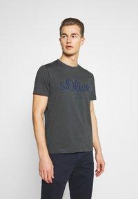s.Oliver - T-shirt med print - grey - 0