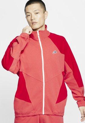 JACKA  - Trainingsvest - track red/university red