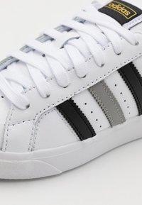 adidas Originals - BASKET PROFI LO UNISEX - Sneakers laag - footwear white/core black/gold metallic - 5