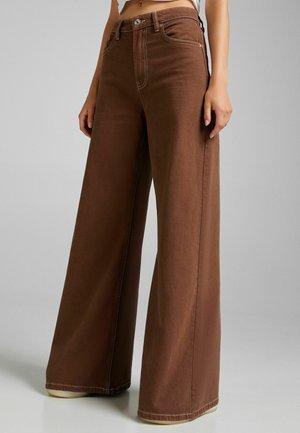 MIT KONTRASTEN  - Flared jeans - brown