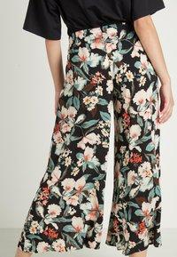 Tezenis - CULOTTE AUS LEICHTEM STOFF - Trousers - nero st.lake flowers - 1