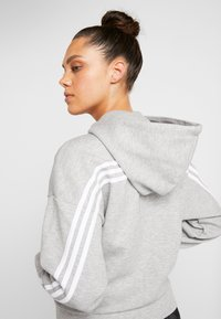 adidas Performance - 3STRIPES ATHLETICS HODDIE PULLOVER - Huvtröja med dragkedja - medium grey heather/white - 4