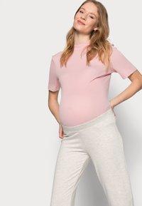 Pieces Maternity - PCMRELAX - Tracksuit bottoms - light grey melange - 3