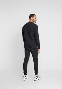 CLOSURE London - SCRIPT CREWNECK TRACKSUIT - Trainingsanzug - black - 4