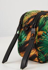 Versace Jeans Couture - JUNGLE PRINT CAMERA - Umhängetasche - multicoloured - 6