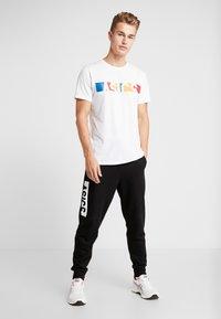 ASICS - T-shirt med print - brilliant white - 1