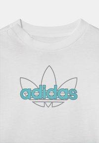 adidas Originals - SET UNISEX - Shorts - white/turquoise - 3