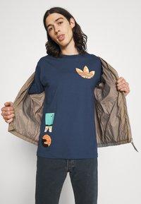adidas Originals - SURREAL SUMMER UNISEX - T-shirt con stampa - crew navy - 3