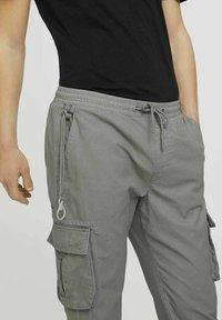 TOM TAILOR DENIM - Cargo trousers - greyish shadow olive - 4