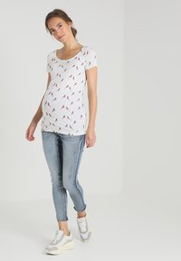 Zalando Essentials Maternity - T-shirt z nadrukiem - bright white - 1