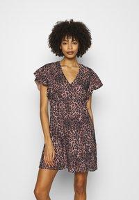 Guess - AYAR DRESS - Day dress - iconic brown - 0