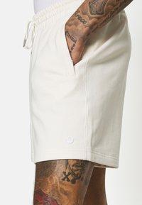 adidas Originals - PREMIUM UNISEX UNISEX - Tracksuit bottoms - offwhite - 3
