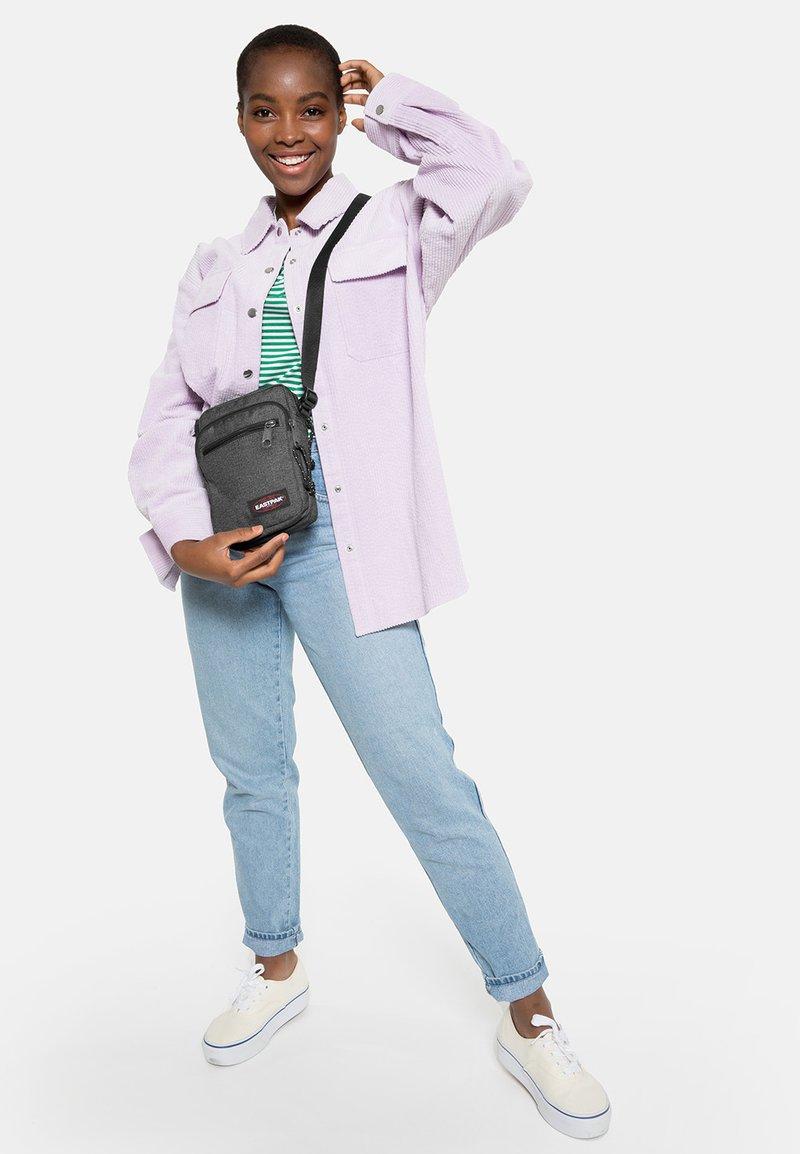 Eastpak - DOUBLE ONE CORE COLORS - Across body bag - black denim