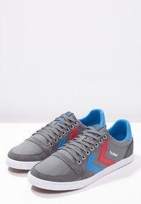 Hummel - SLIMMER STADIL - Sneakers laag - castle rock/ribbon red/bril blue - 2
