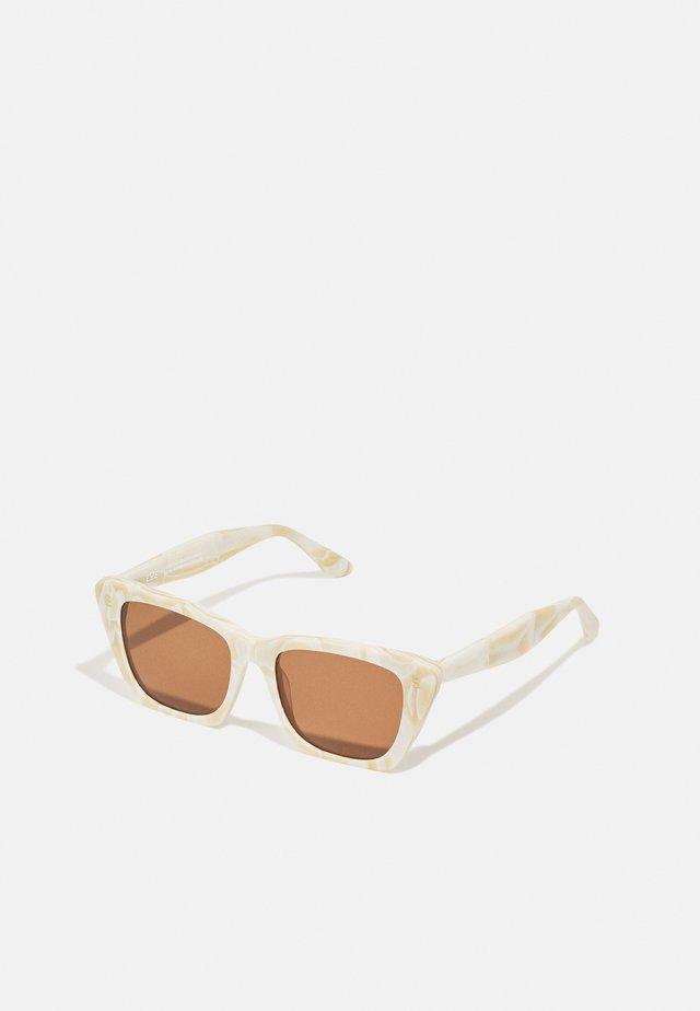 FARA - Sluneční brýle - marble matte/wood