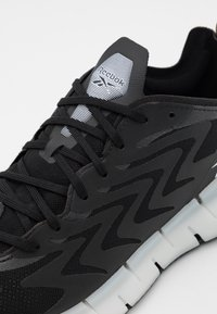 Reebok Classic - ZIG KINETICA 21 UNISEX - Trainers - core black/neon mint/dark orchid - 5